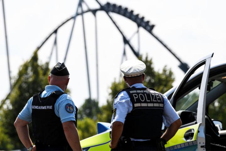 Der französische Gendarm Patrick Aichholzer (links) und der deutsche Polizist Oliver Gremm beim Europa-Park.