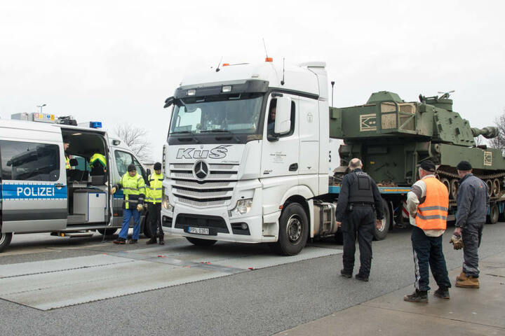 Dann ging es für die Haubitzen der US-Army auf neue Transporter.