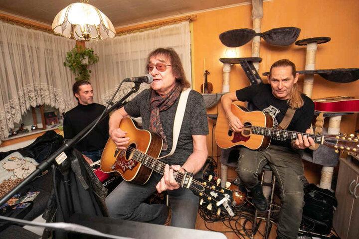 """Dieter """"Maschine"""" Birr (74) sang im Wohnzimmer von Familie Rosenfeld seine großen Hits."""