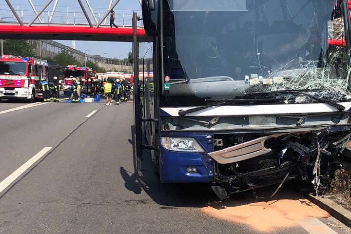 Auf der A73 ist ein Geisterfahrer frontal in einen Reisebus gerast.