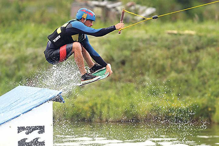 Zur Deutschen Meisterschaft werden Hindernisse und Schanzen im Wasser aufgebaut.