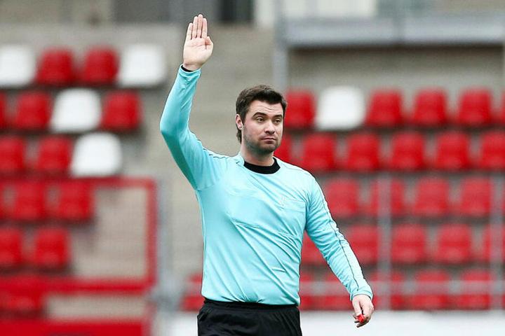 Musste die Begegnung nach 15 Minuten wegen seines verletzten Linienrichters unterbrechen: Eugen Ostrin (33) aus Eisenach.