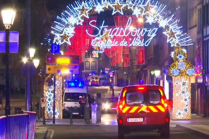 Das Standbild aus einem Video zeigt die Rettungswagen auf dem Weihnachtsmarkt.