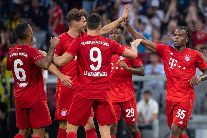 Thiago (l-r), Leon Goretzka, Robert Lewandowski, Kingsley Coman und Torschütze Renato Sanches jubeln über das Tor zum 1:0.