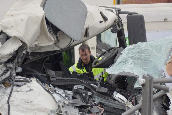 Ein Gutachter sieht sich das vollkommen zerstörte Fahrerhaus des Betonmischers an.