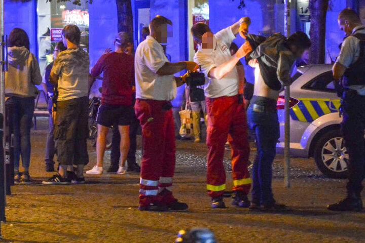 Der Verletzte wird von den Rettungskräften versorgt.