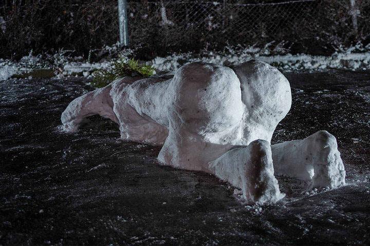 Die Schneefrau streckt ihren Hintern in die Luft.