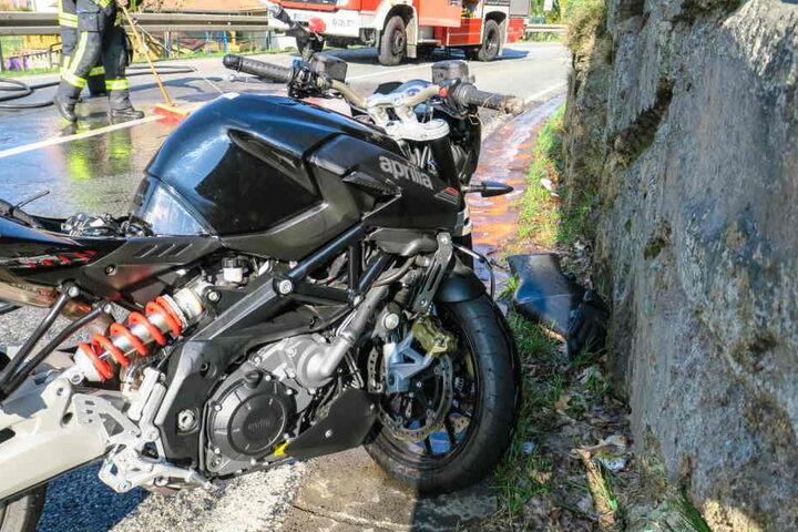Der Motorradfahrer musste nach dem Unfall schwer verletzt ins Krankenhaus gebracht.