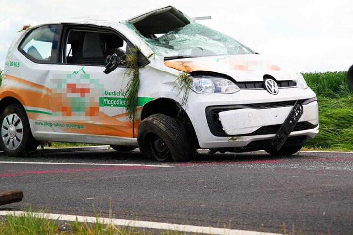 Die Frau soll sich bei dem Aufprall schwer verletzt haben, das Auto hat einen Totalschaden.
