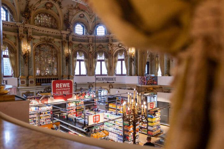 Ungewöhnlicher Anblick im Foyer des Wiesbadener Staatstheaters: Hier ist jetzt ein REWE-Markt.