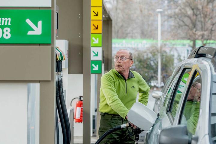 Tanken ist in Sachsen sehr oft teurer als anderswo in Deutschland. Das muss  auch Gunter Hommel (73) in Dresden feststellen.