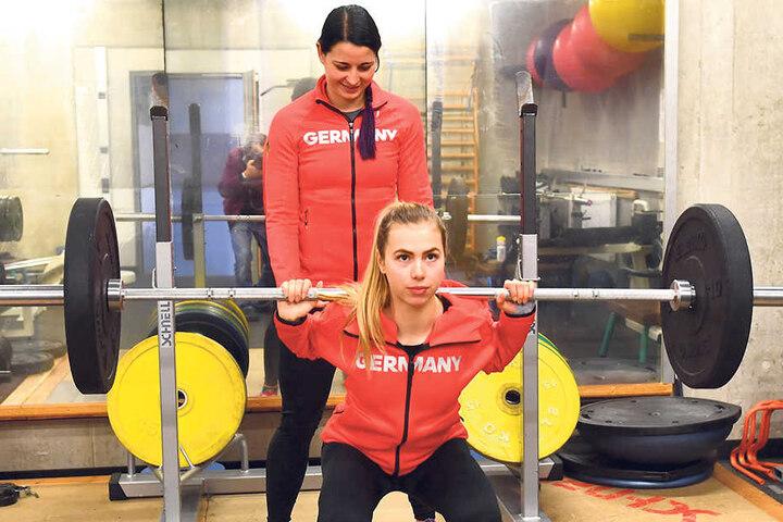 """Anna Seidel (v.) und Bianca Walter gestern Nachmittag beim Krafttraining. Annas Ziel bei ihren zweiten Winterspielen: """"Ein Platz in den Top Ten wäre super."""""""