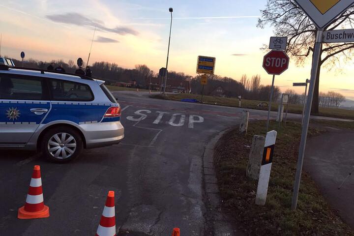 Die Straße blieb für die Zeit der Unfallaufnahme gesperrt. Der Radfahrer überfuhr vermutlich das Stop-Schild.