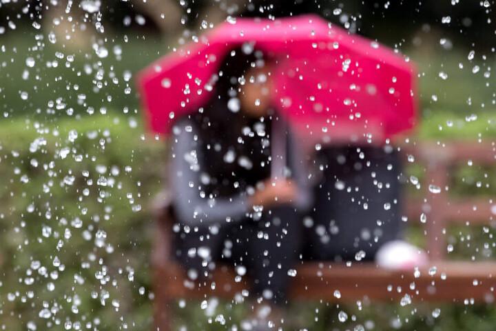 In Bayern muss am Wochenende immer wieder der Regenschirm ausgepackt werden. (Symbolbild)