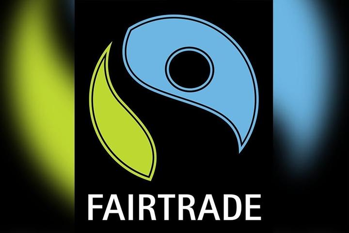 Blau-gelbe Zeichen auf schwarzem Grund: So sieht das Fairtrade-Siegel aus.