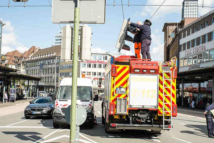 Am Bielefelder Jahnplatz brach durch den Wind eine Ampel ab.