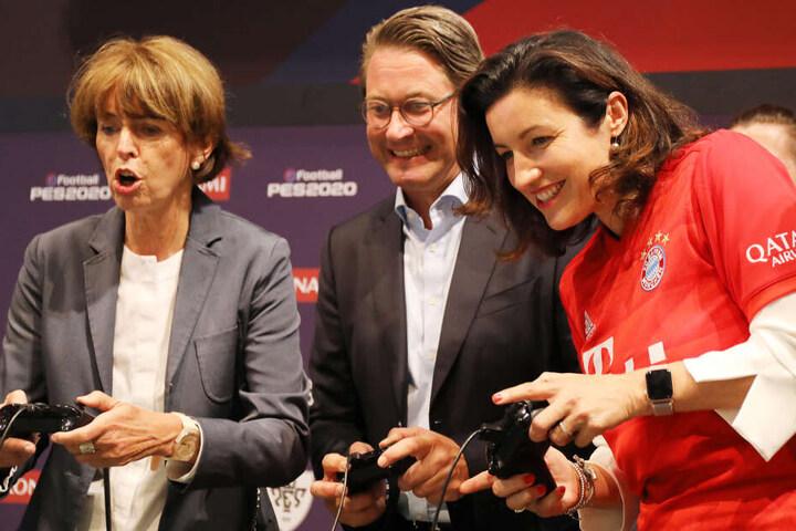 Verkehrsminister Andreas Scheuer, Staatssekretärin Dorothee Bär (CSU, r) und die Kölner Oberbürgermseisterin Henriette Reker (l) testeten bereits am Dienstag auf der Gamescom ein Computerspiel.
