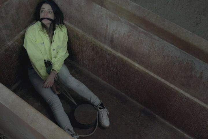 Emily wurde von Karla entführt und kämpft um ihr Leben.