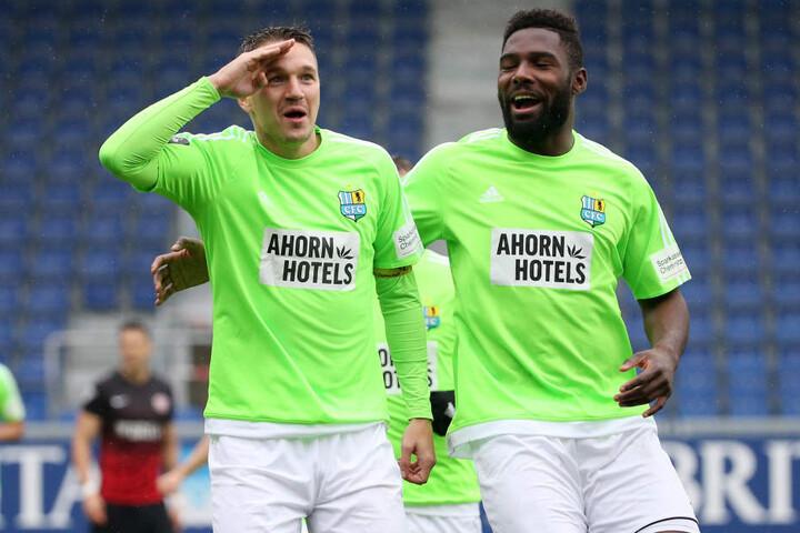 Daniel Frahn (l.) bejubelt salutierend mit Emmanuel Mbende seinen Treffer zum 0:1.