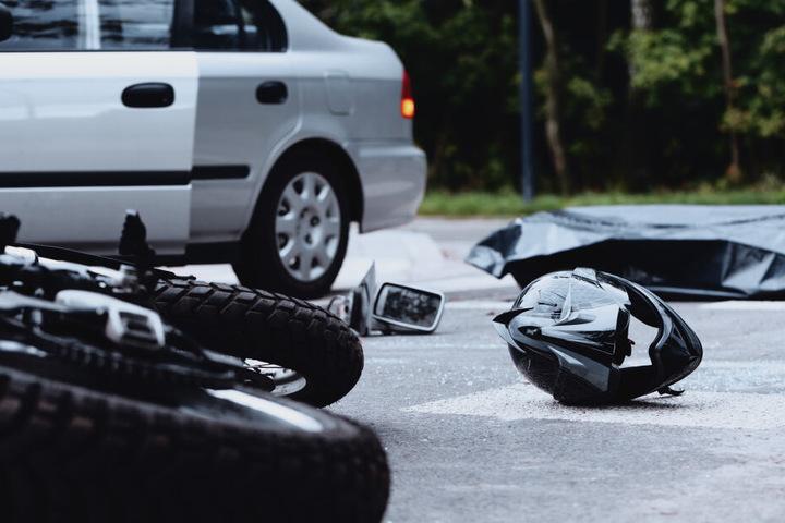 Der Motorradfahrer stürzte und krachte auf ein Auto. (Symbolbild)