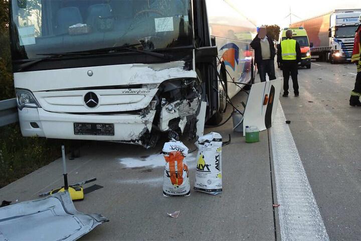 Der VW prallte gegen den Bus, der dabei ebenfalls beschädigt wurde.