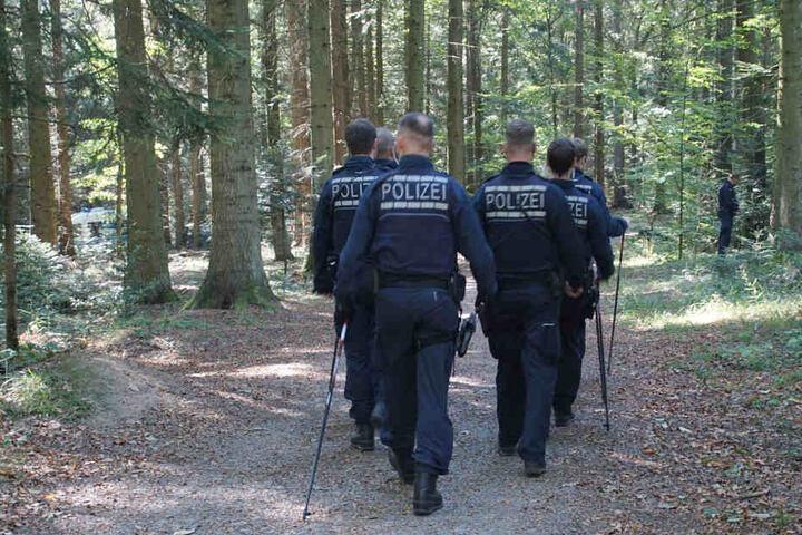 Die Polizei suchte am 4.10 das Waldstück nach dem Fund der Leiche ab.