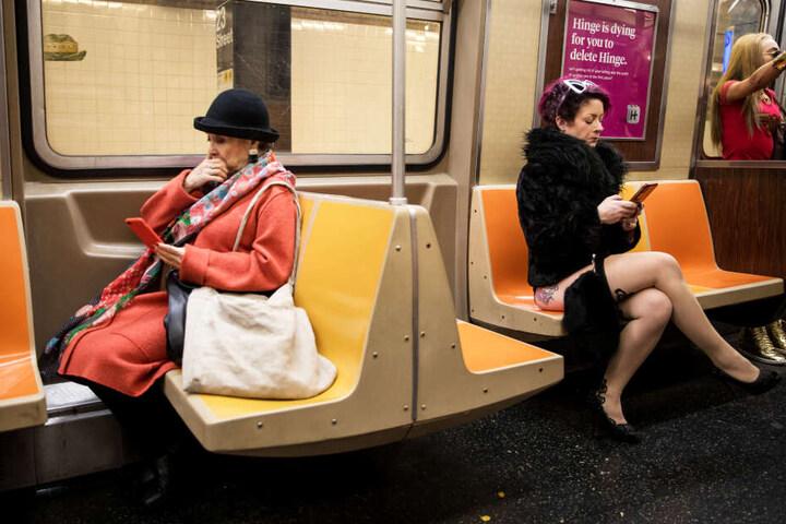"""Eine Pendlerin nimmt am jährlichen """"No Pants Subway Ride"""" in New York (USA) teil."""