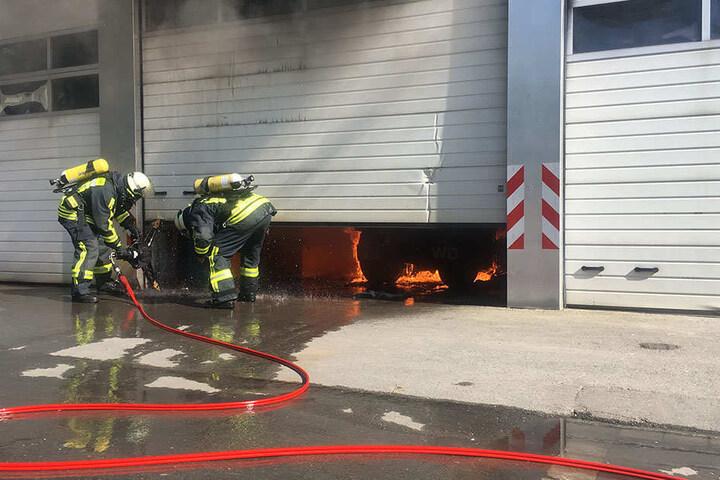 Die Einsatzkräfte mussten das Tor herausnehmen, um an den Brand zu gelangen.