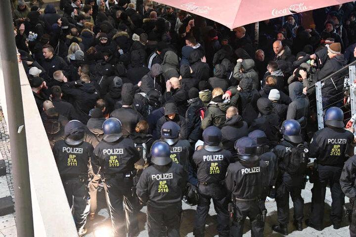 Die Polizei musste die gewaltbereiten Fußballfans am Bielefelder Hauptbahnhof einkesseln.