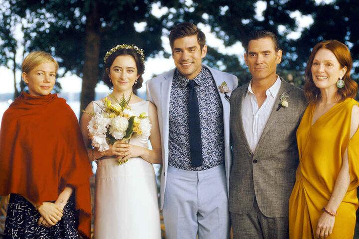 Von links: Isabel (Michelle Williams), das Brautpaar Grace (Abby Quinn) und Jonathan (Alex Esola) sowie deren Eltern Oscar (Billy Crudup) und Theresa Young (Julianne Moore) lassen sich während der Hochzeit gemeinsam fotografieren.