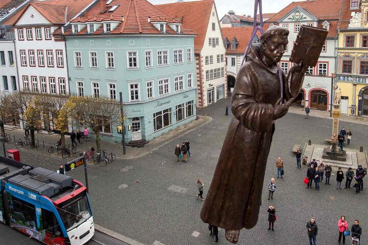 Martin Luther schwebte regelrecht auf dem Erfurter Fischmarkt ein.