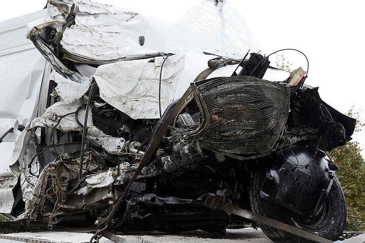 Der Transporter ist nach dem Unfall nur noch Schrott.