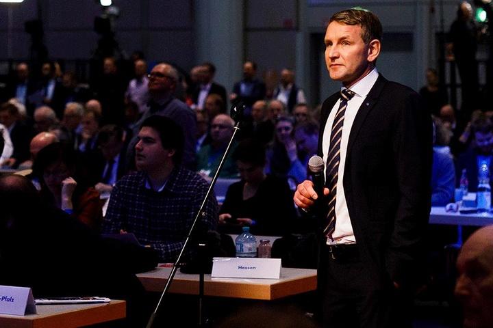 Björn Höcke hält am 03. Dezember während des Bundesparteitages der Alternative für Deutschland im HCC Hannover Congress Centrum in Hannover das Saalmikrofon.
