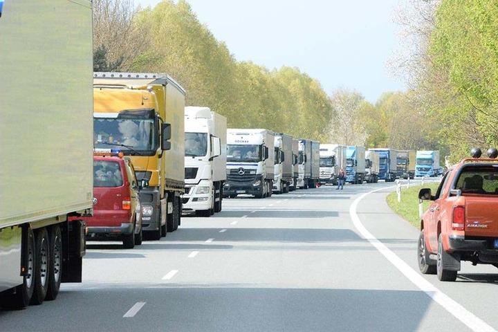 Der Verkehr staute sich an der Unfallstelle.