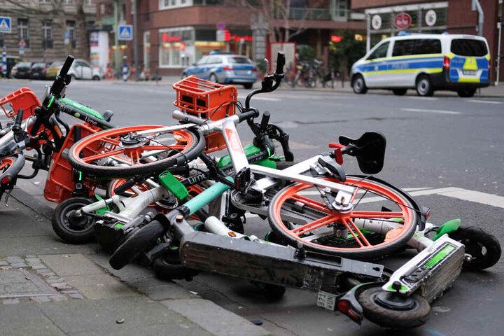 Die Stadt Köln möchte Stolperfallen durch E-Scooter an Karneval vermeiden (Archivbild).