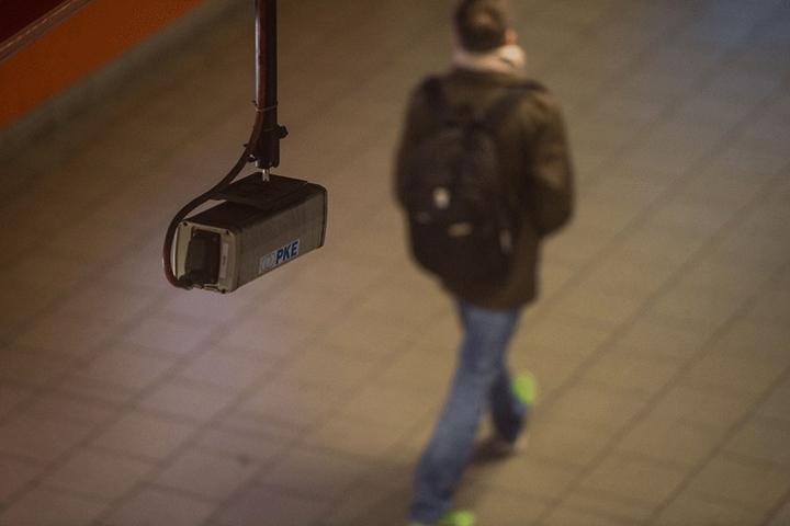 Eine Kamera hängt im öffentlichen Raum und soll helfen, Straftaten besser aufzudecken.