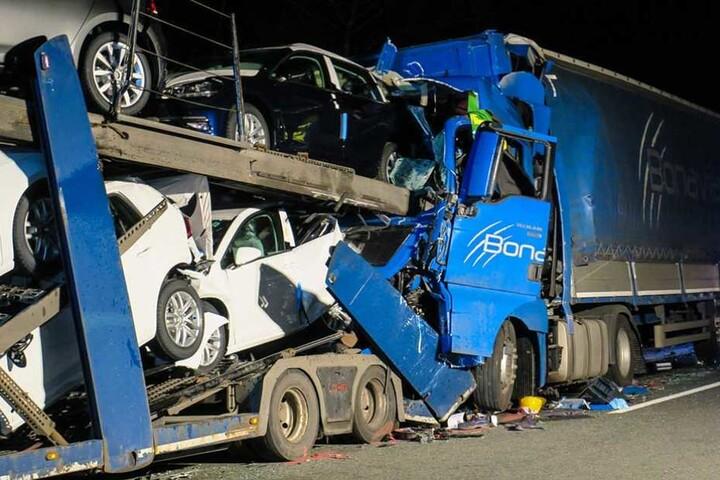 Durch die Wucht des Aufpralls wurden die Autos auf dem Transporter zerstört.