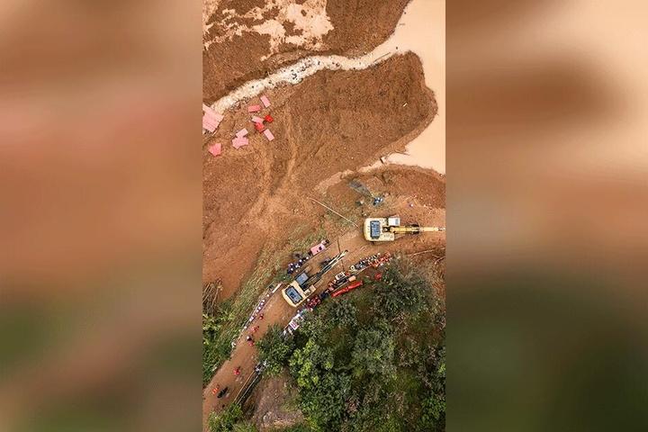 Bagger werden für einen Einsatz nach dem Erdrutsch vorbereitet.