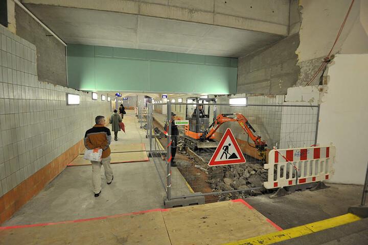 In der Unterführung unter den Bahnsteigen wird derzeit fleißig gebaut.