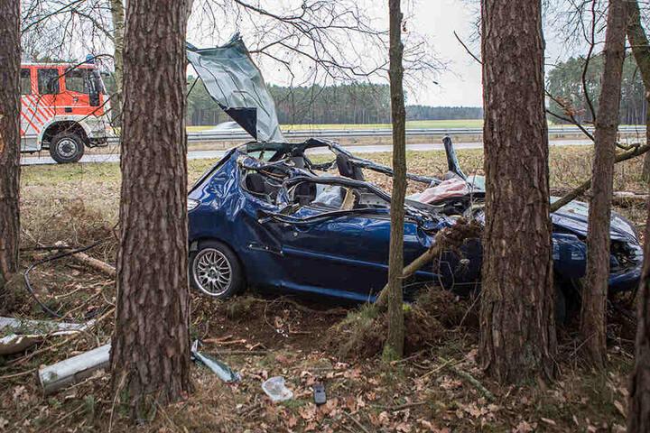 Beide Insassen wurden im Fahrzeug eingeklemmt.