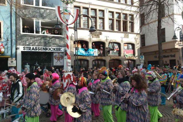Hunderttausende trotzen den Temperaturen und feiern Karneval mit Musik und Kamelle.