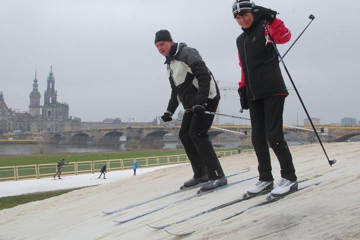 Sabine Bechmann (53) und Christoph Weise (59) nutzten am Sonntag die Chance, an der Elbe Langlauf zu fahren.