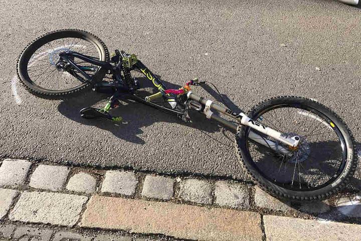 Der Zusammenstoß war so stark, dass der Rahmen des Fahrrads brach.
