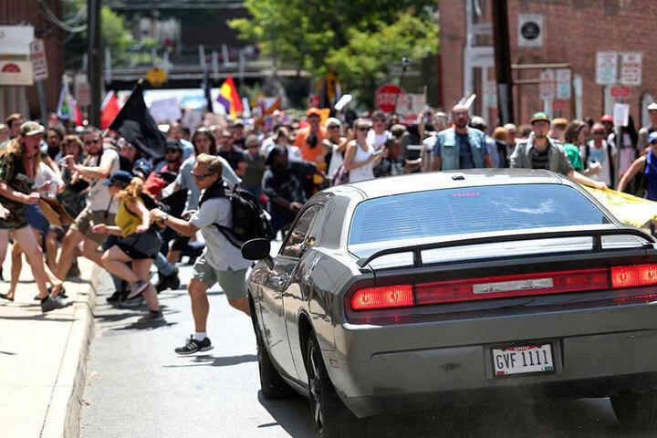 Dieses Foto entstand Augenblicke, bevor das Auto in die Menge der Gegendemonstranten rast.