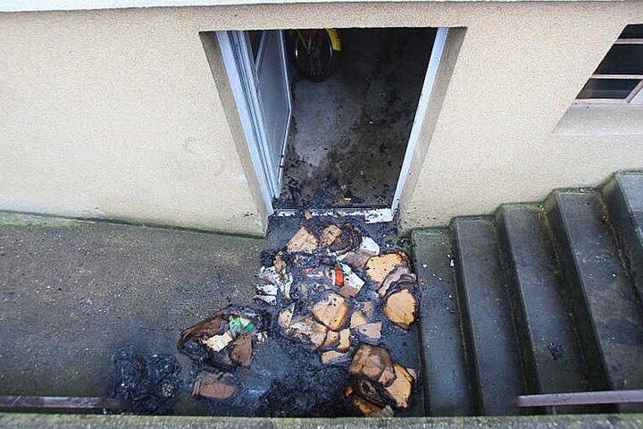 In einem Kellerraum ist das Feuer aus bisher ungeklärten Gründen ausgebrochen.
