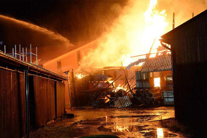 Eine Lagerhalle fiel den Flammen ebenfalls zum Opfer.