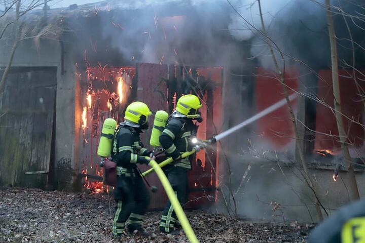 Die Feuerwehr konnte den Brand nach etwa zwei Stunden löschen.