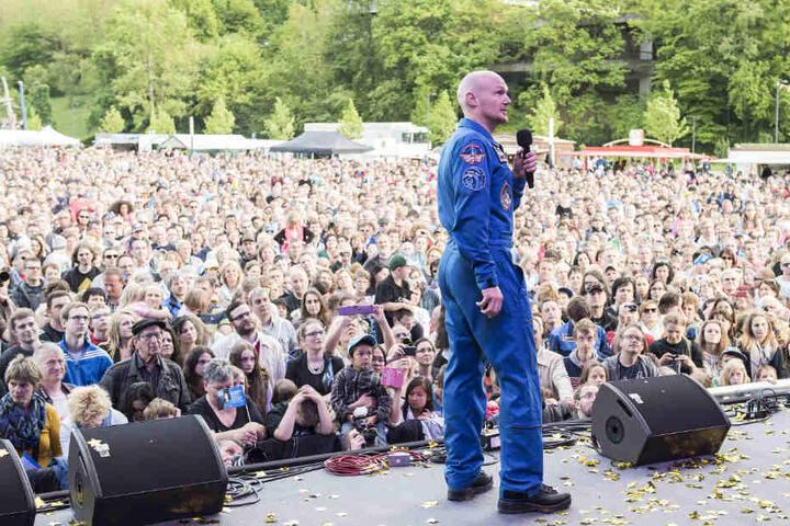 Künzelsau im Mai 2015: Gerst bei seiner Willkommensfeier vor mehreren Tausend Zuschauern.