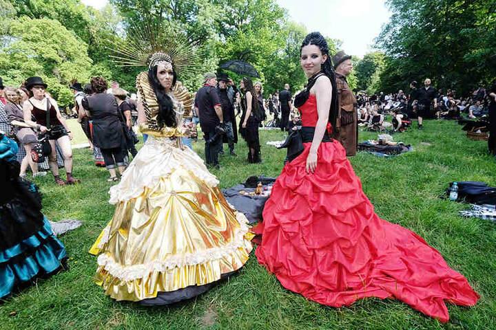 Schaulaufen auf der Wiese im Clara-Zetkin-Park: Beim Viktorianischen Picknick stachen diese Schönheiten aus der Masse.
