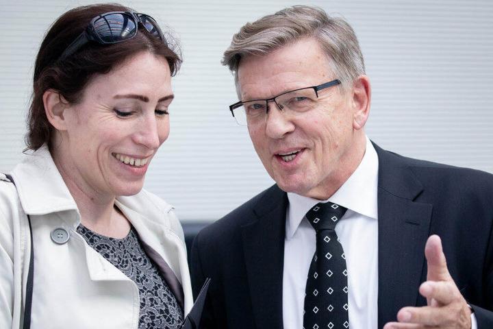 Gerold Otten spricht mit Parteikollegin Mariana Harter-Kühnel.